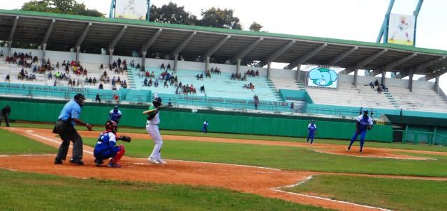 Beisbol-Cienfuegos-Cuba-Elefantes-Industriales-picheo-bateo.jpg