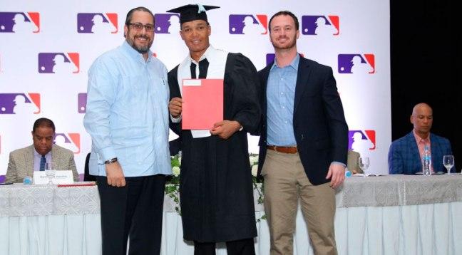 Antonio-Musa-Biaggi-entrega-certificado-a-prospecto-junto-a-Matt-McGrath-director-Académico-de-los-Dodgers-de-Los-Angeles